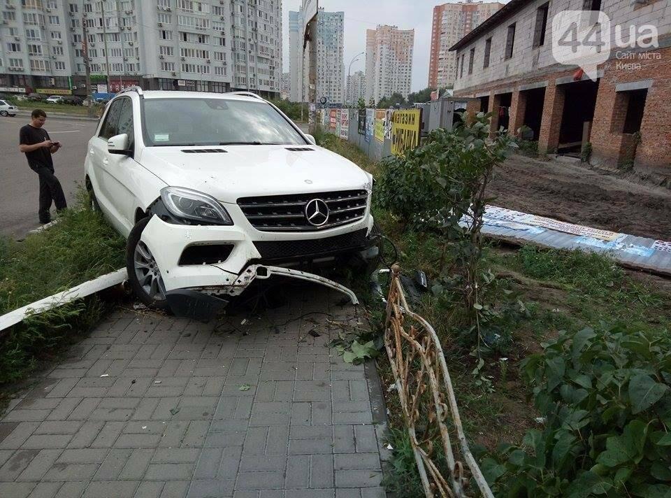 В Киеве водитель иномарки по неосторожности устроил ДТП (ФОТО), фото-2