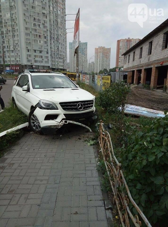 В Киеве водитель иномарки по неосторожности устроил ДТП (ФОТО), фото-3