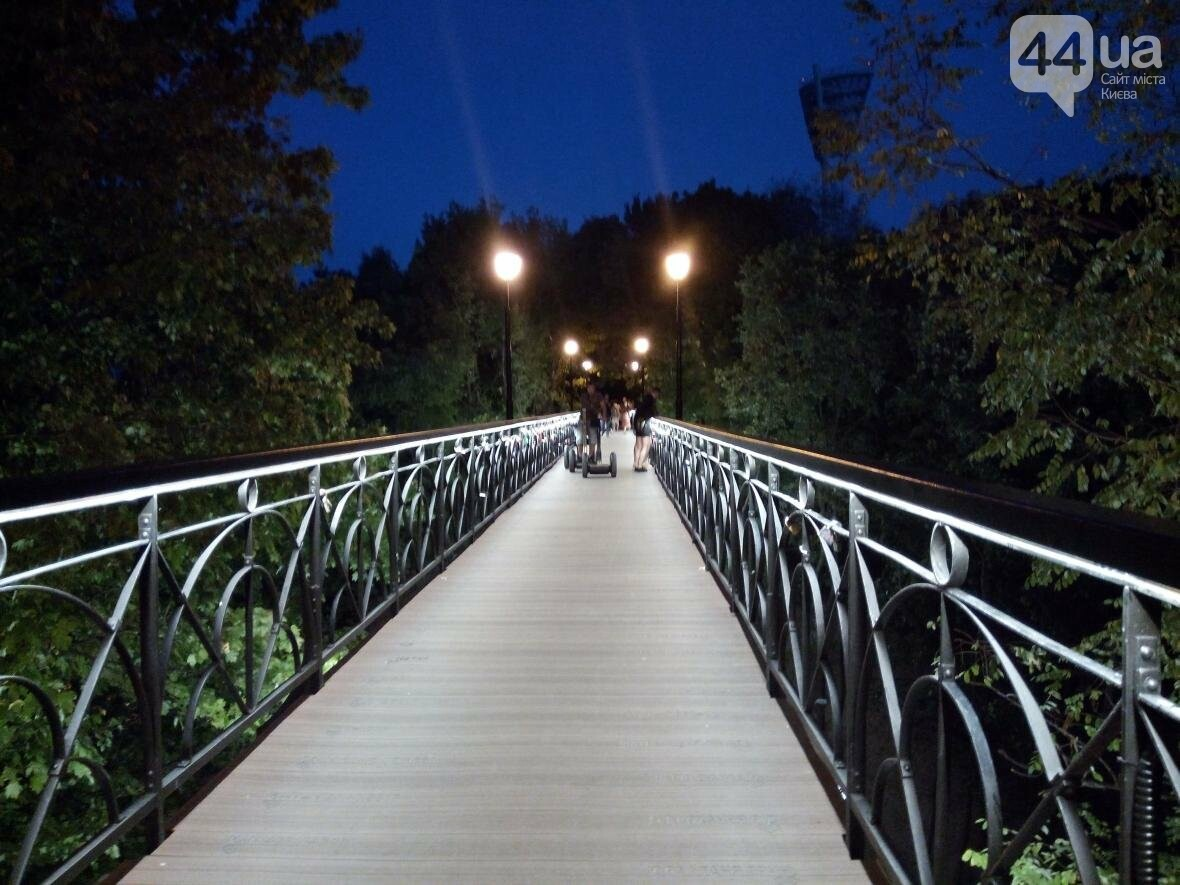 Знаменитый мост влюбленных в Киеве засветился по-новому (ФОТО), фото-2