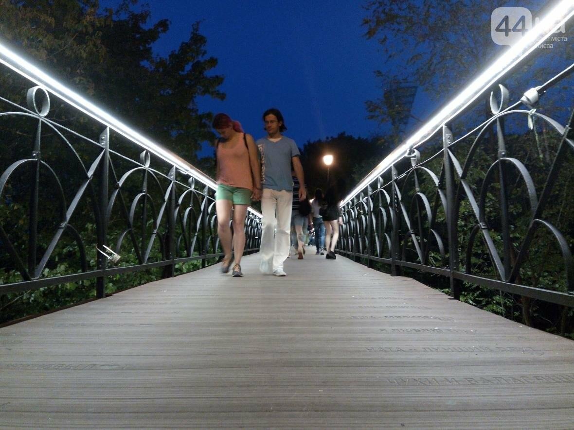 Знаменитый мост влюбленных в Киеве засветился по-новому (ФОТО), фото-1