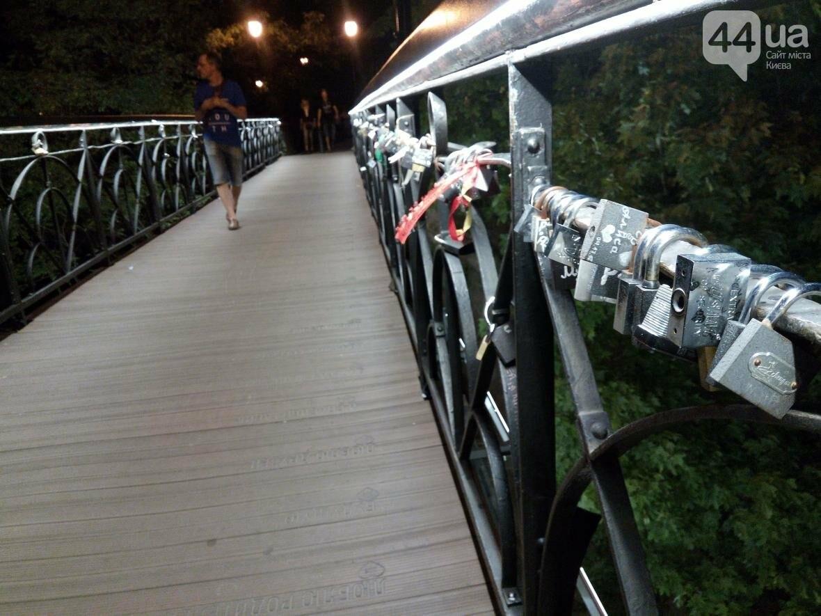 Знаменитый мост влюбленных в Киеве засветился по-новому (ФОТО), фото-6