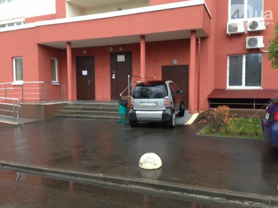 Киевлянин припарковался на пандусе, фото-1