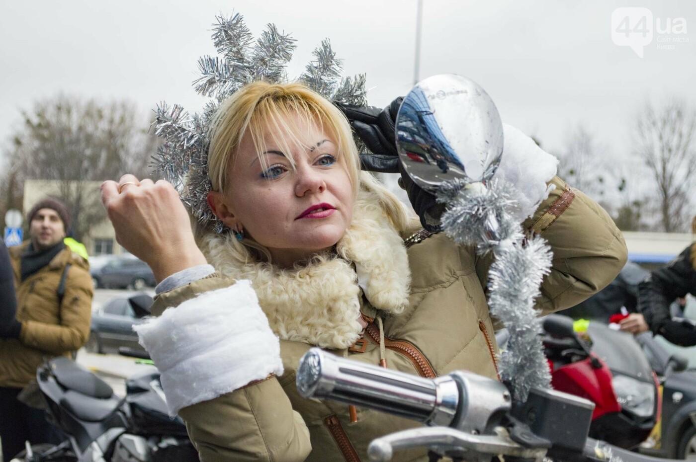 В Киеве брутальные байкеры в костюмах Санта-Клаусов устроили масштабный мотопробег (ФОТО), фото-8
