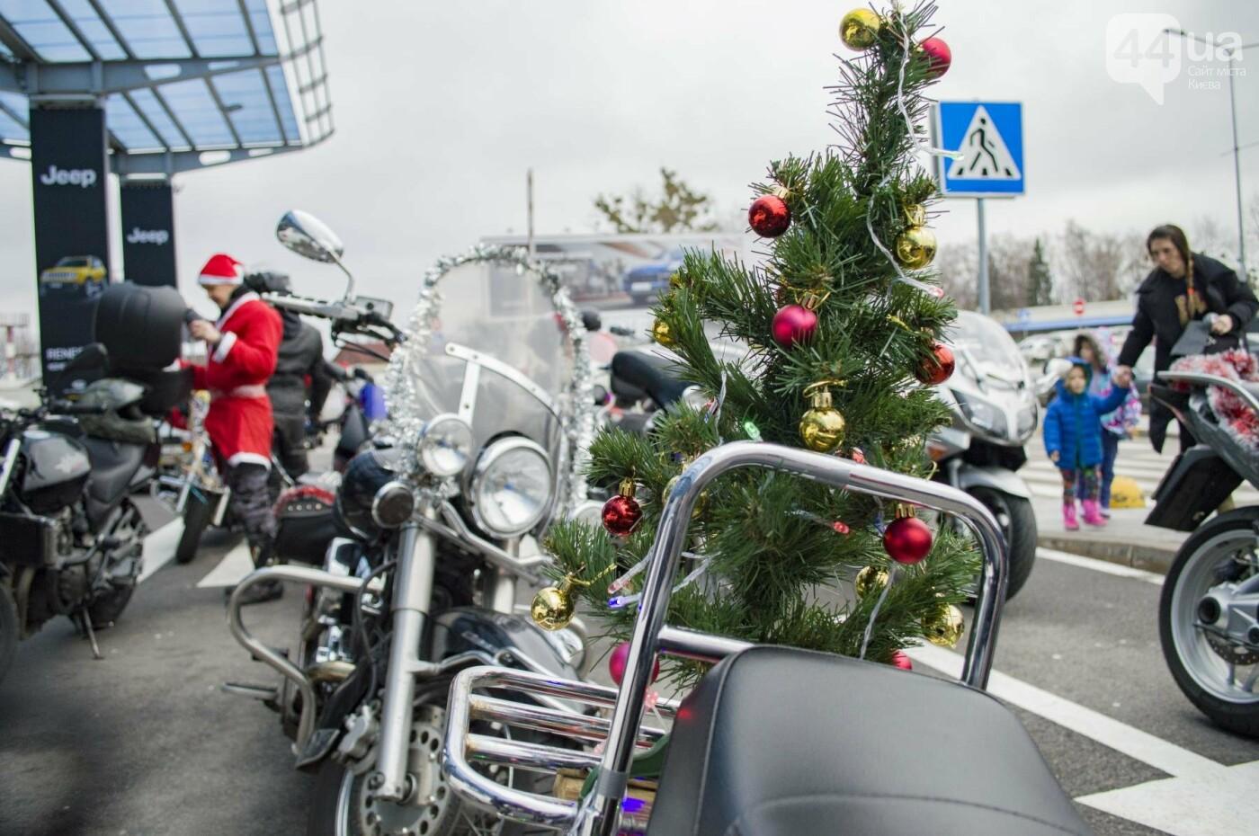 В Киеве брутальные байкеры в костюмах Санта-Клаусов устроили масштабный мотопробег (ФОТО), фото-11