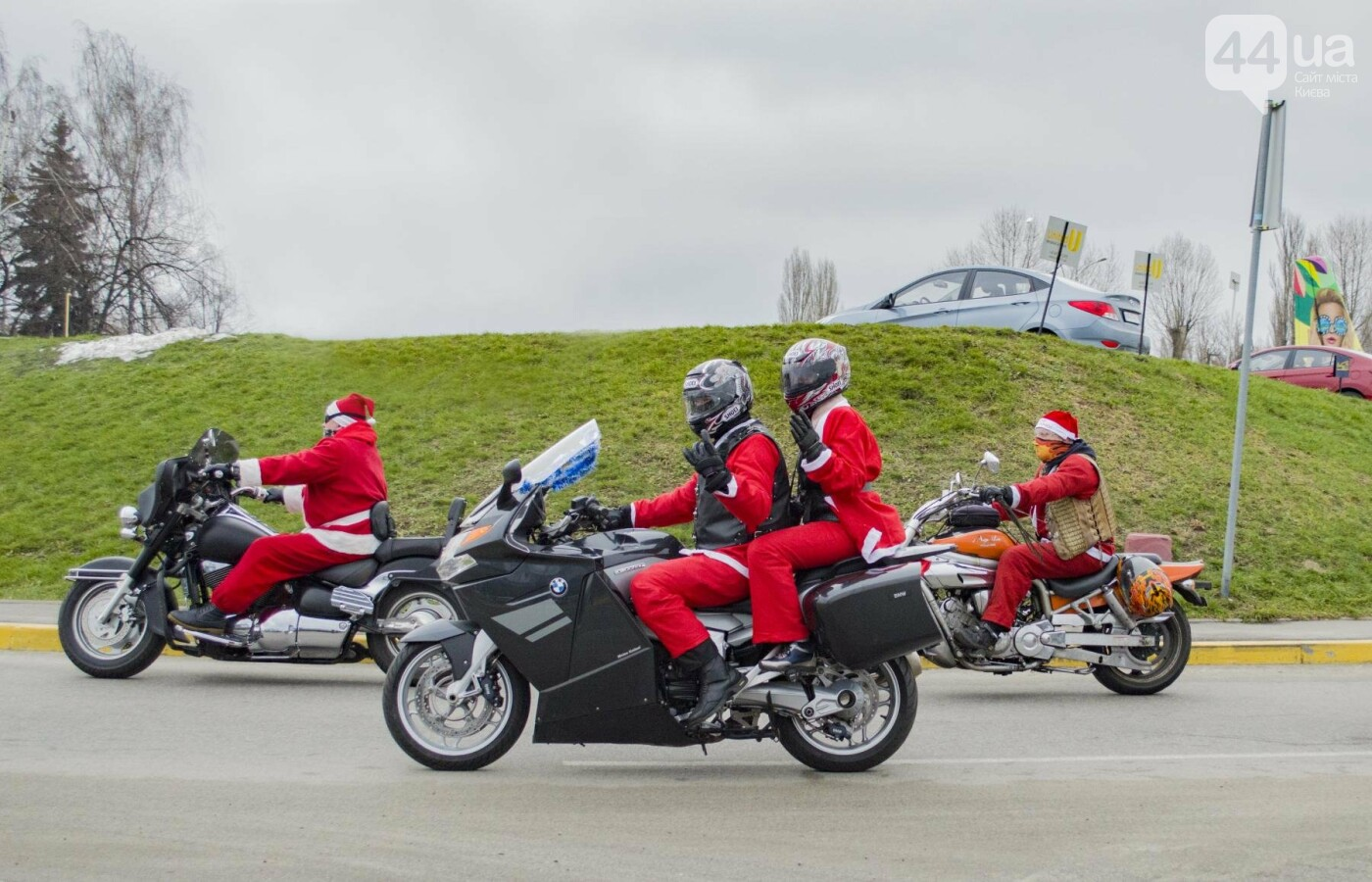 В Киеве брутальные байкеры в костюмах Санта-Клаусов устроили масштабный мотопробег (ФОТО), фото-2