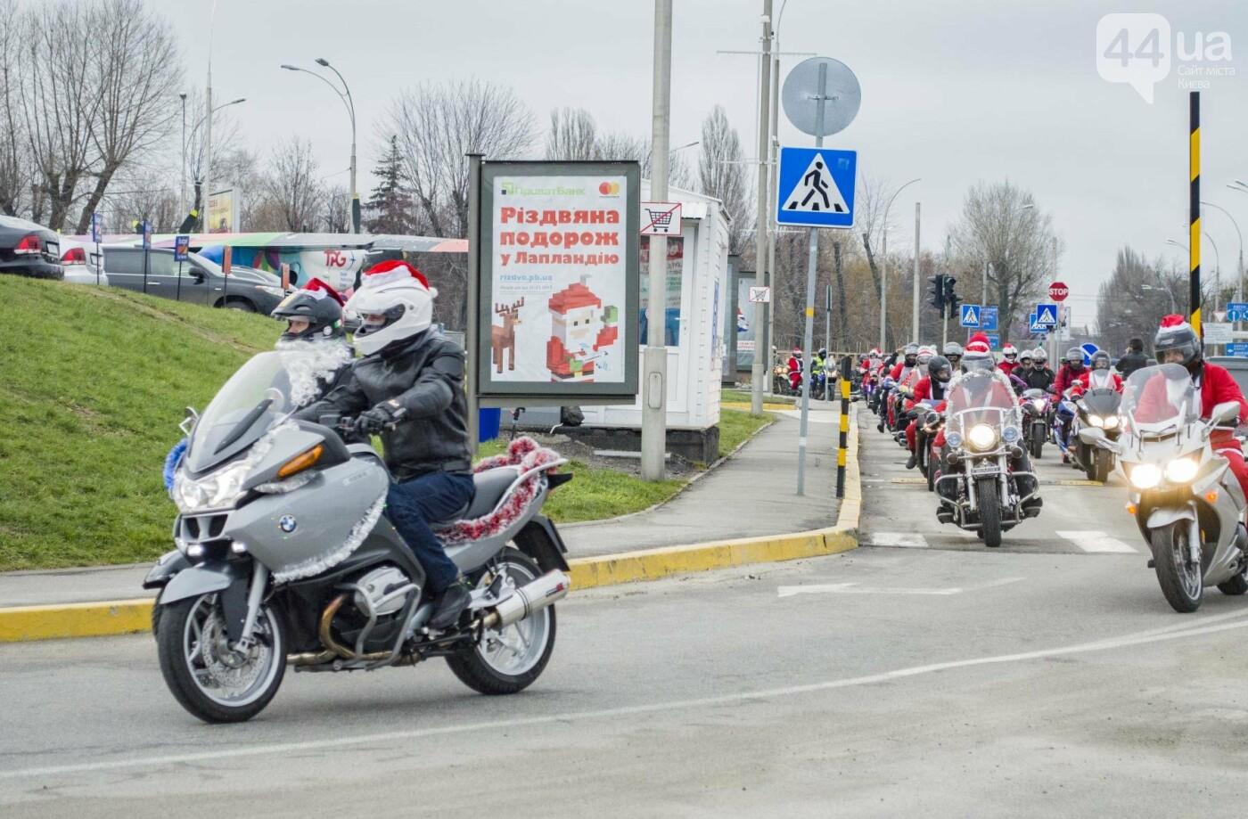 В Киеве брутальные байкеры в костюмах Санта-Клаусов устроили масштабный мотопробег (ФОТО), фото-1