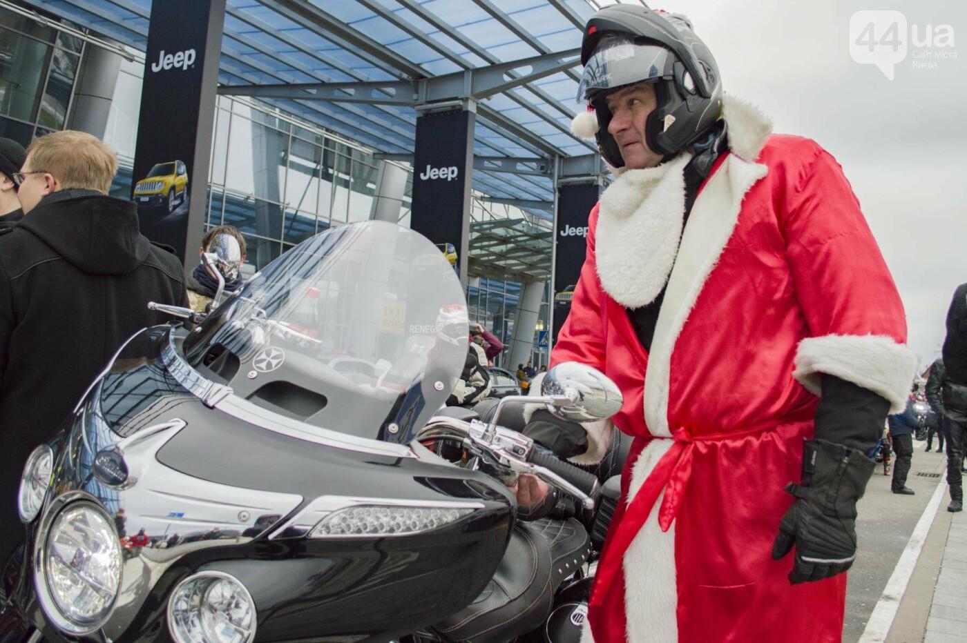 В Киеве брутальные байкеры в костюмах Санта-Клаусов устроили масштабный мотопробег (ФОТО), фото-5