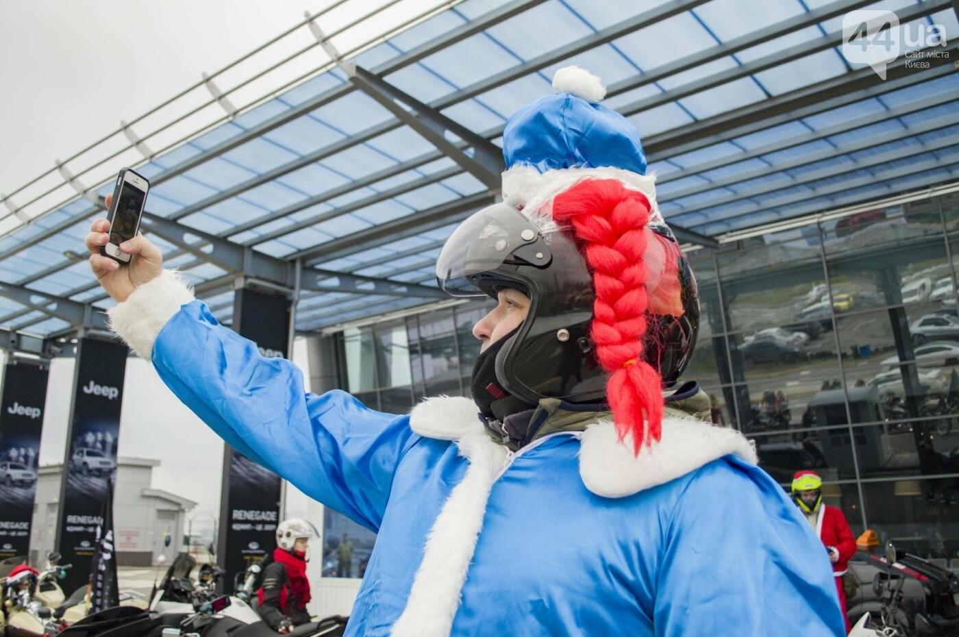 В Киеве брутальные байкеры в костюмах Санта-Клаусов устроили масштабный мотопробег (ФОТО), фото-6