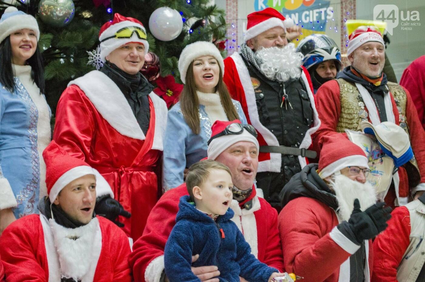 В Киеве брутальные байкеры в костюмах Санта-Клаусов устроили масштабный мотопробег (ФОТО), фото-13