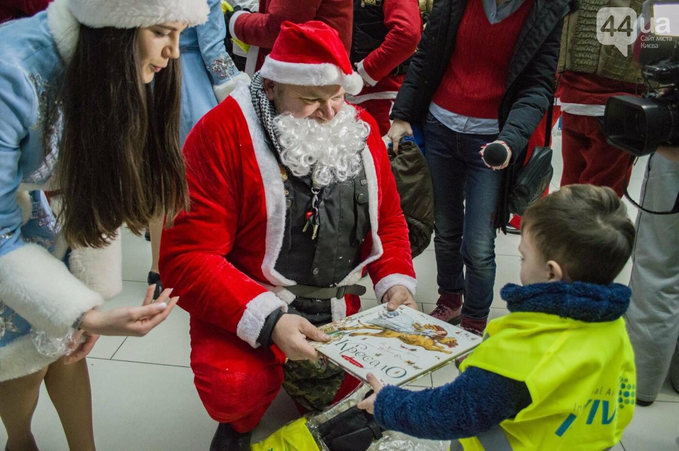 В Киеве брутальные байкеры в костюмах Санта-Клаусов устроили масштабный мотопробег (ФОТО), фото-14