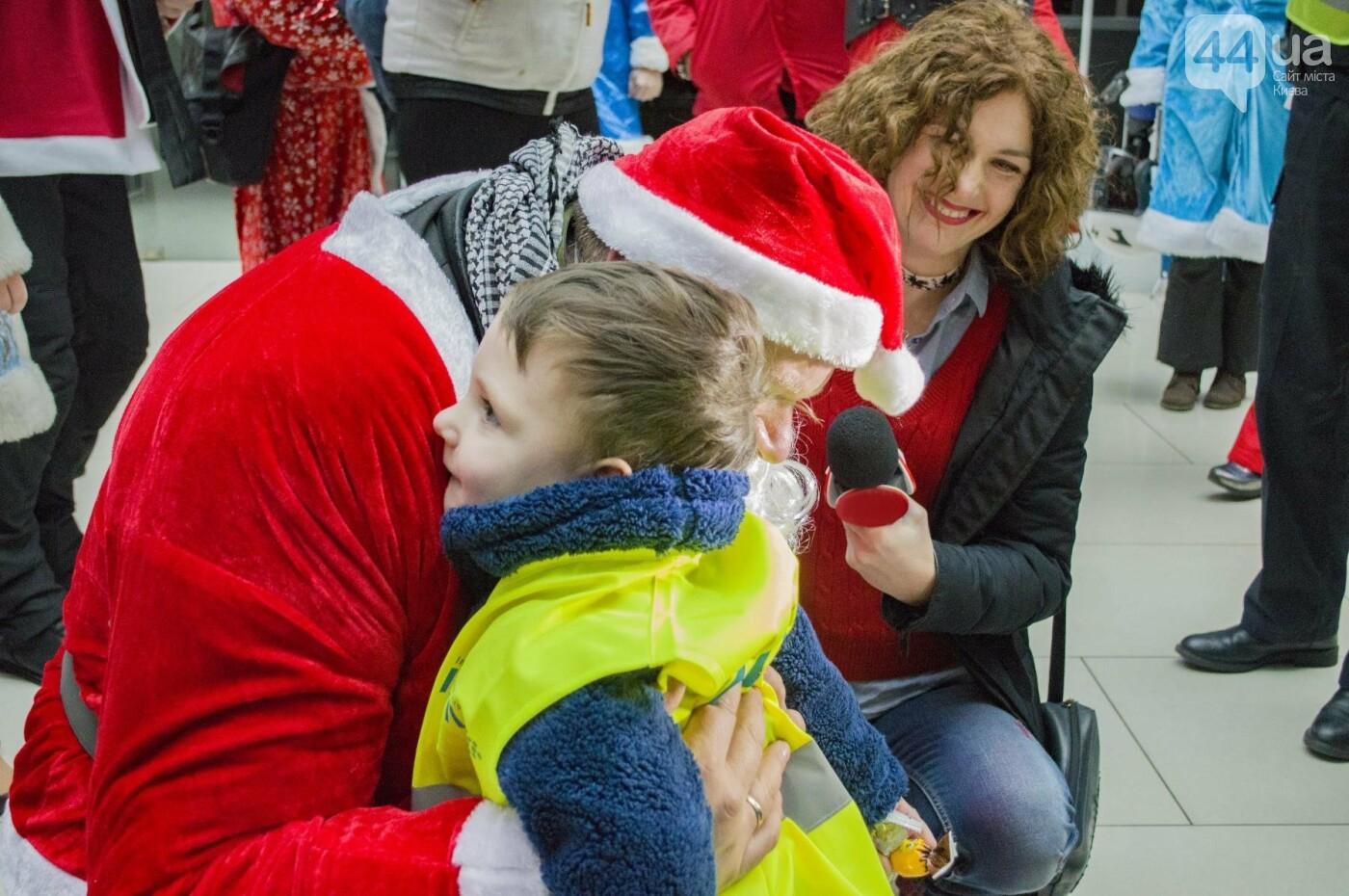 В Киеве брутальные байкеры в костюмах Санта-Клаусов устроили масштабный мотопробег (ФОТО), фото-15
