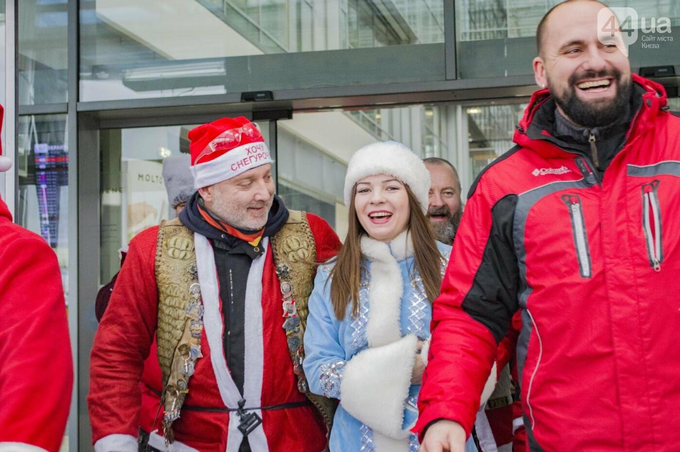 В Киеве брутальные байкеры в костюмах Санта-Клаусов устроили масштабный мотопробег (ФОТО), фото-16