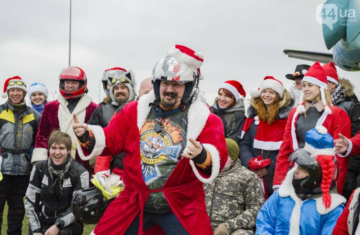 В Киеве брутальные байкеры в костюмах Санта-Клаусов устроили масштабный мотопробег (ФОТО), фото-18