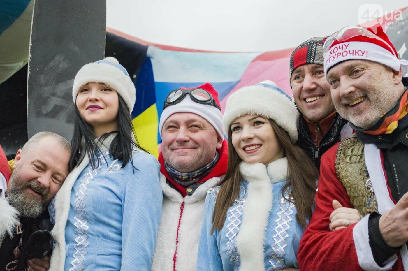 В Киеве брутальные байкеры в костюмах Санта-Клаусов устроили масштабный мотопробег (ФОТО), фото-19