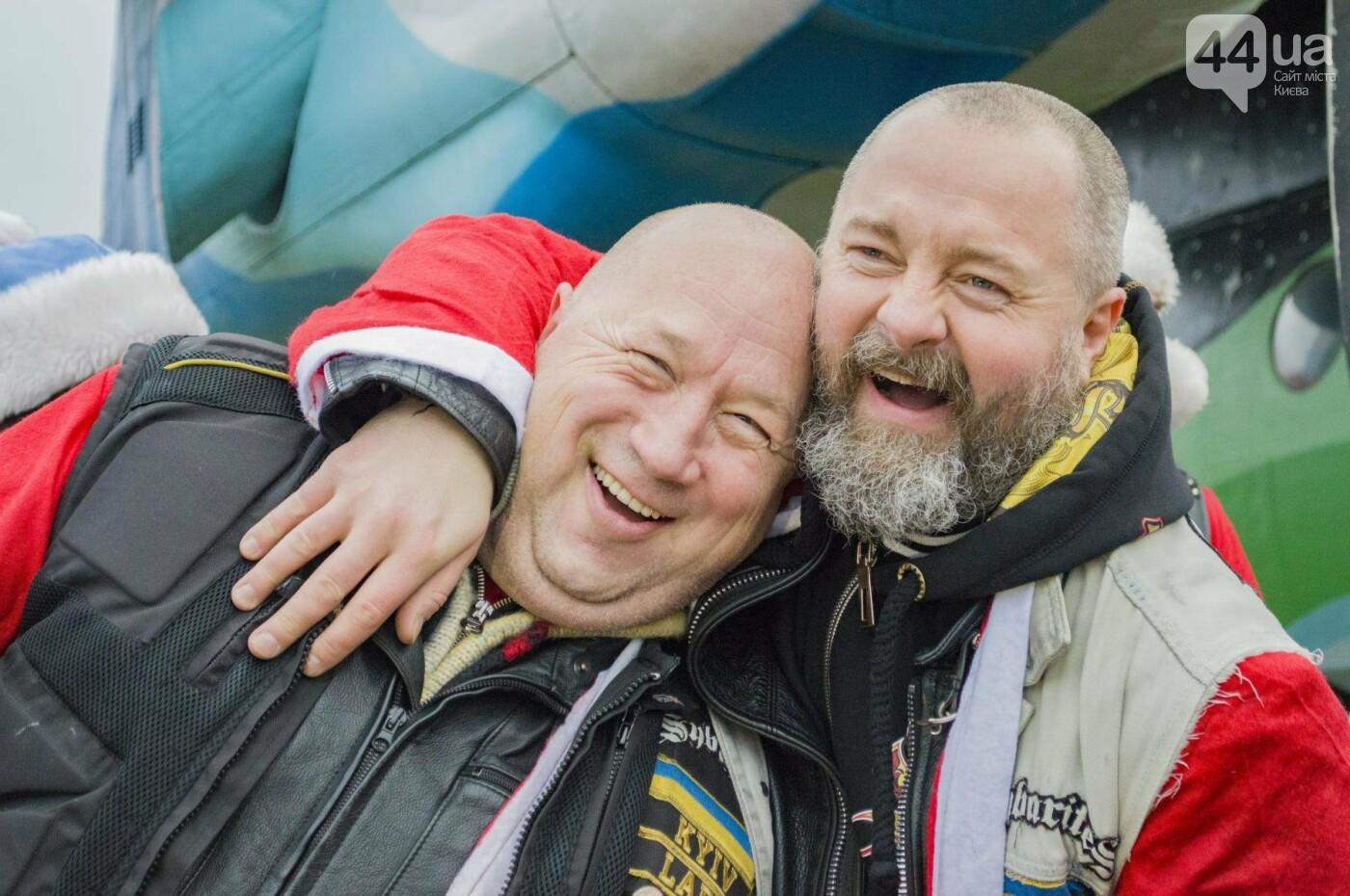 В Киеве брутальные байкеры в костюмах Санта-Клаусов устроили масштабный мотопробег (ФОТО), фото-20