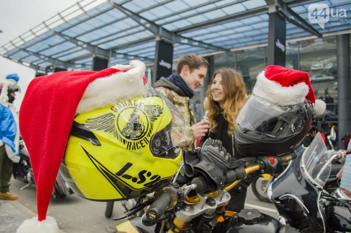 В Киеве брутальные байкеры в костюмах Санта-Клаусов устроили масштабный мотопробег (ФОТО), фото-10