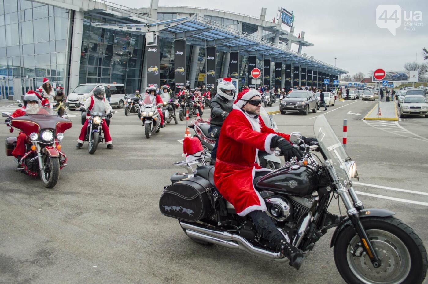 В Киеве брутальные байкеры в костюмах Санта-Клаусов устроили масштабный мотопробег (ФОТО), фото-22