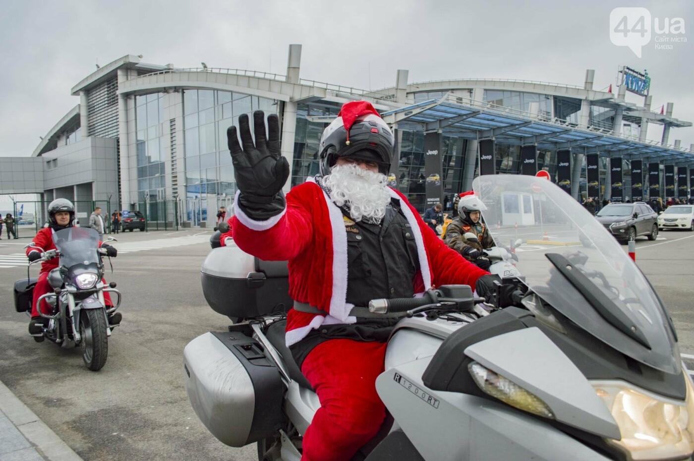 В Киеве брутальные байкеры в костюмах Санта-Клаусов устроили масштабный мотопробег (ФОТО), фото-23
