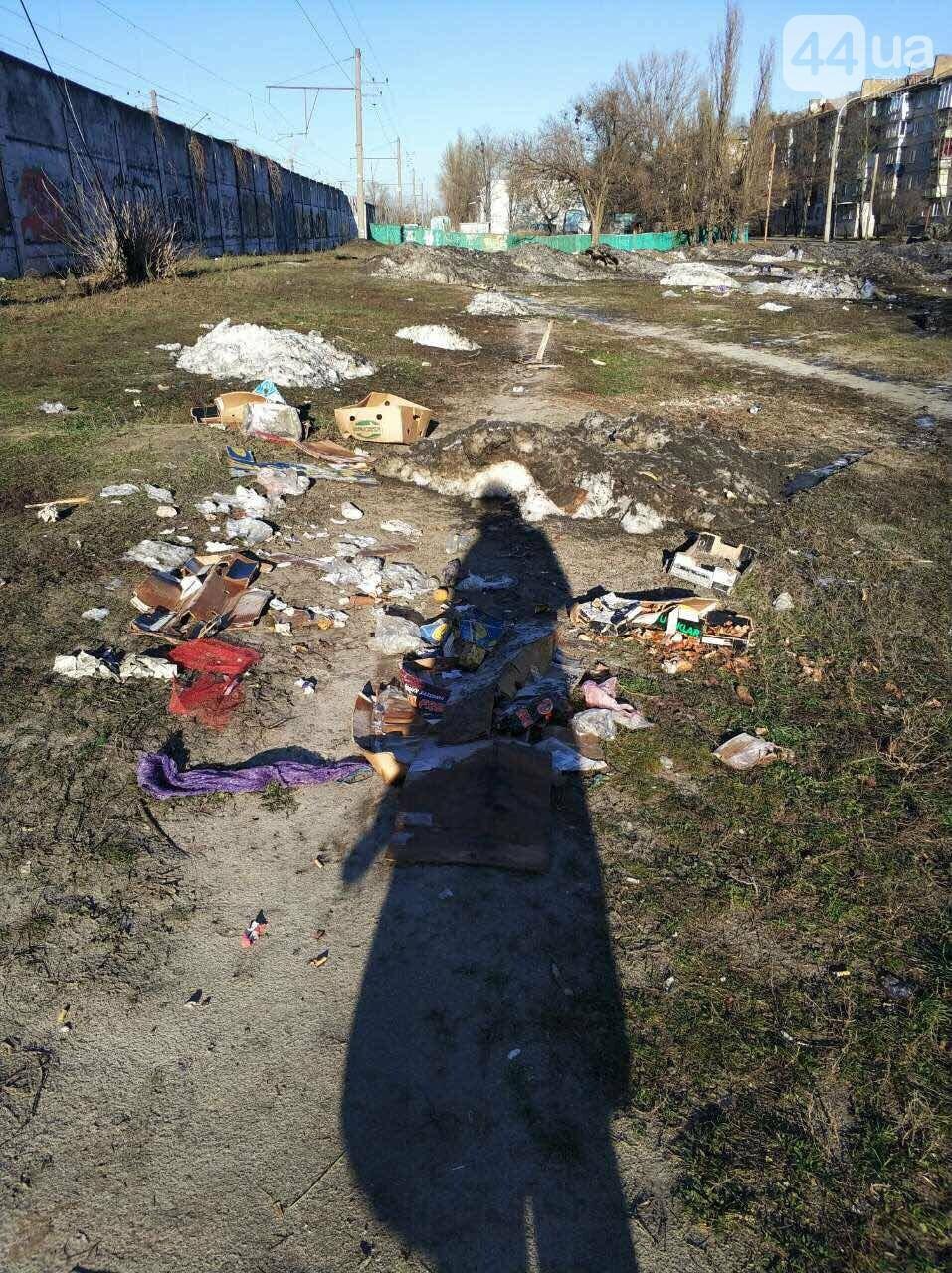 В Киеве под жилой дом скидывают снег с мусором (ФОТОФАКТ) , фото-2