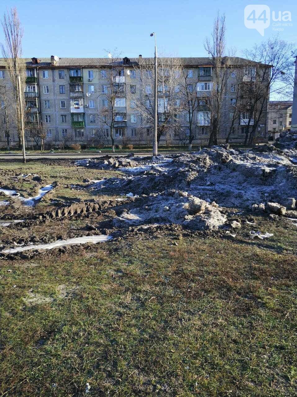 В Киеве под жилой дом скидывают снег с мусором (ФОТОФАКТ) , фото-1