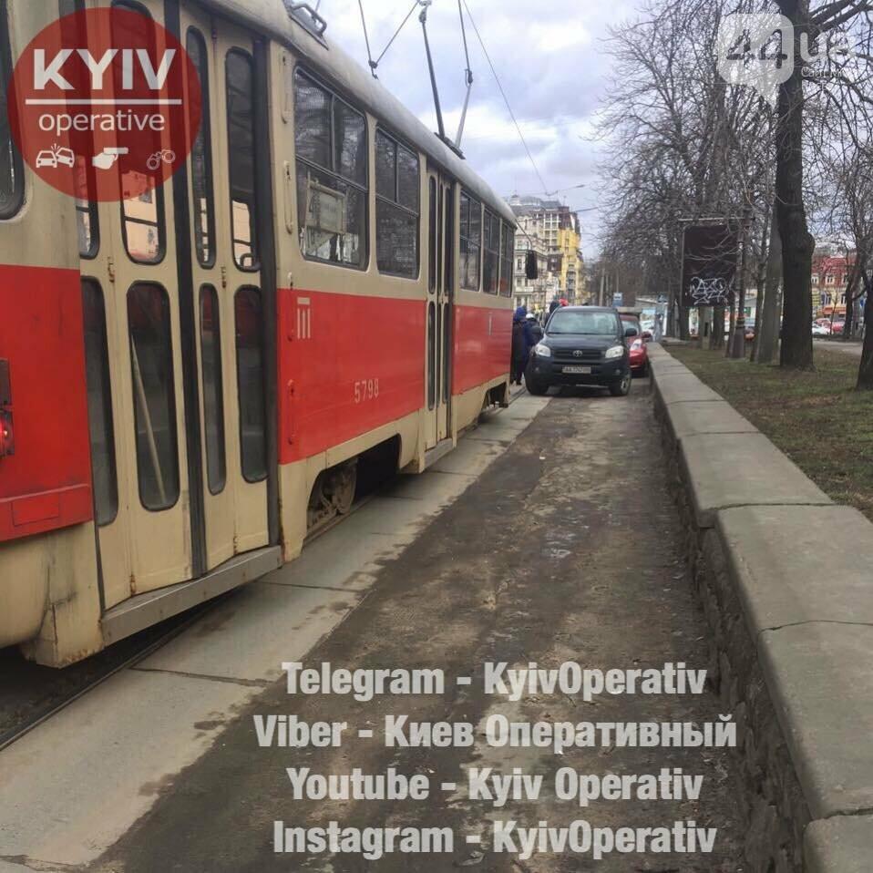 В Киеве из-за героя парковки остановились трамваи , фото-1