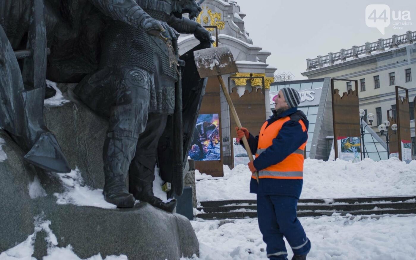 В центре Киева на фонтан повесили мертвую крысу с запиской:  фотофакт, фото-3