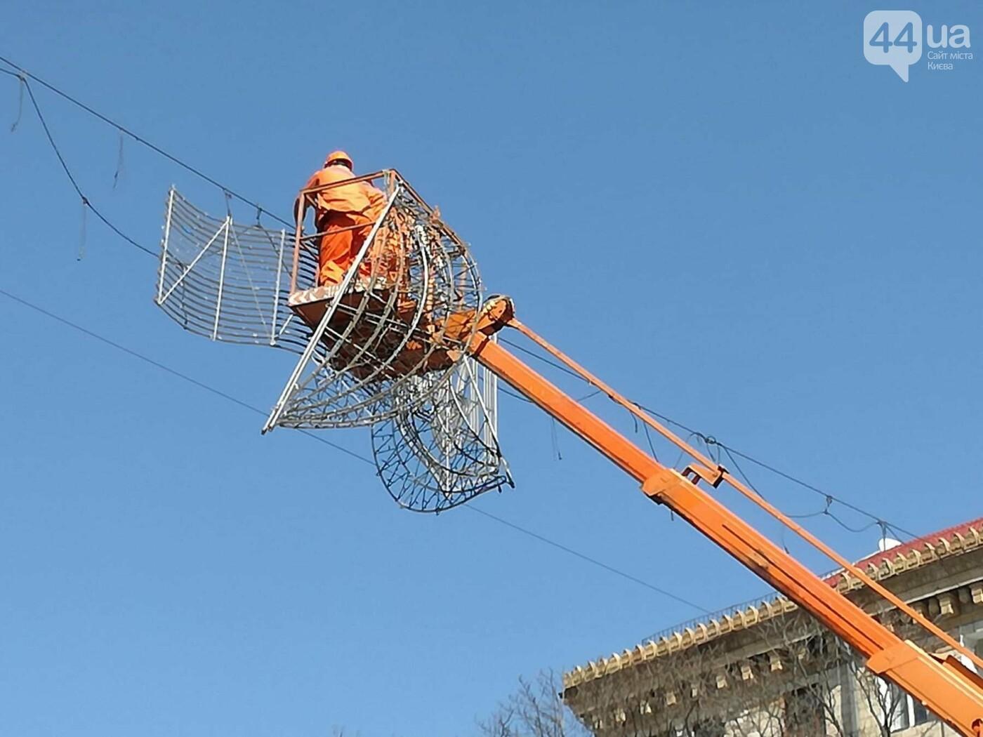 В центре Киева демонтируют Новогоднюю иллюминацию, фото-1