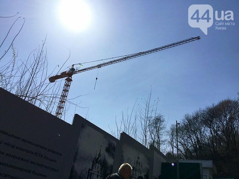 Поломали забор и захватили кран: как останавливали стройку на Андреевском Спуске, фото-1