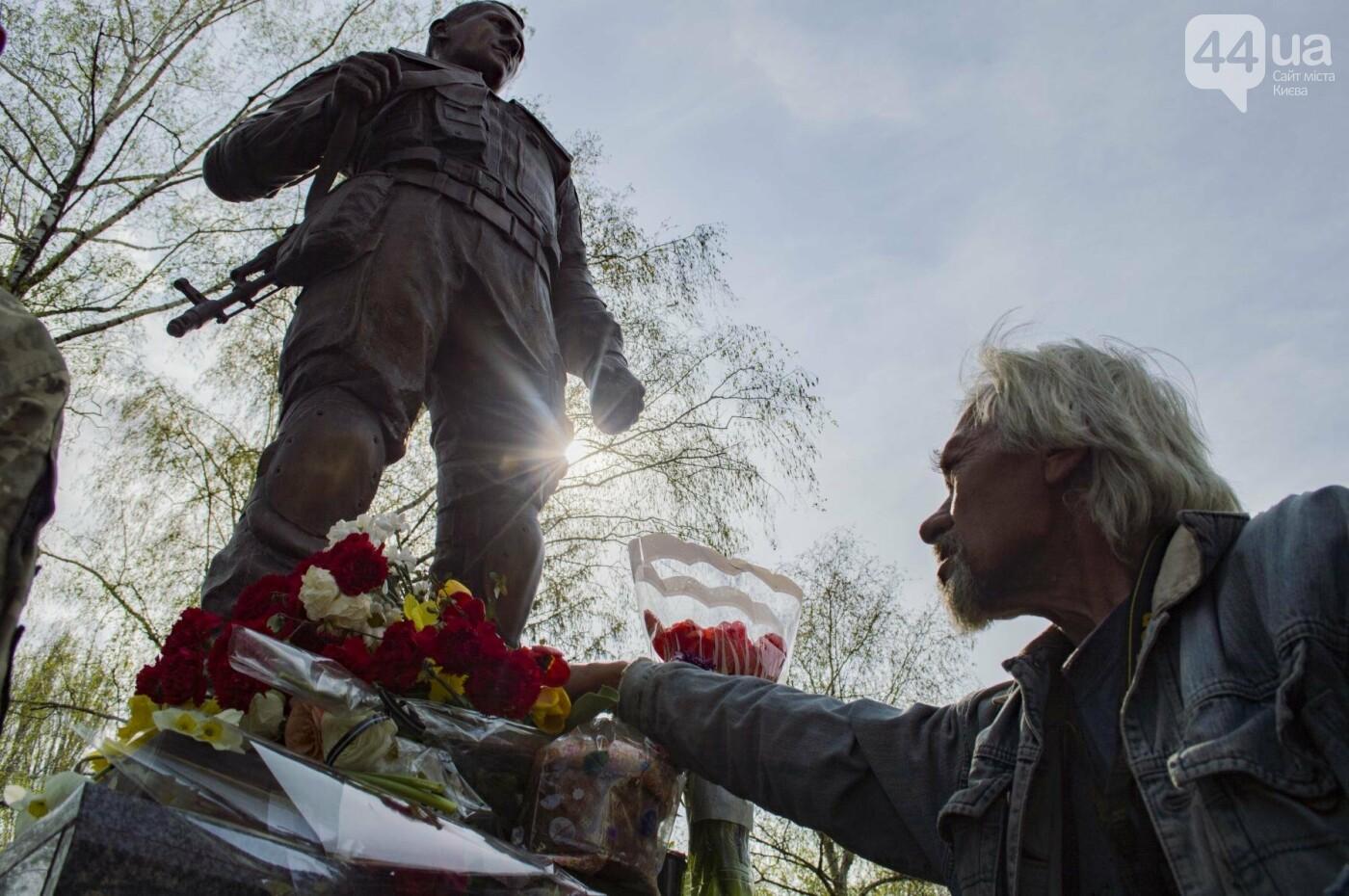 В Киеве открыли памятник погибшему бойцу АТО, фото-16