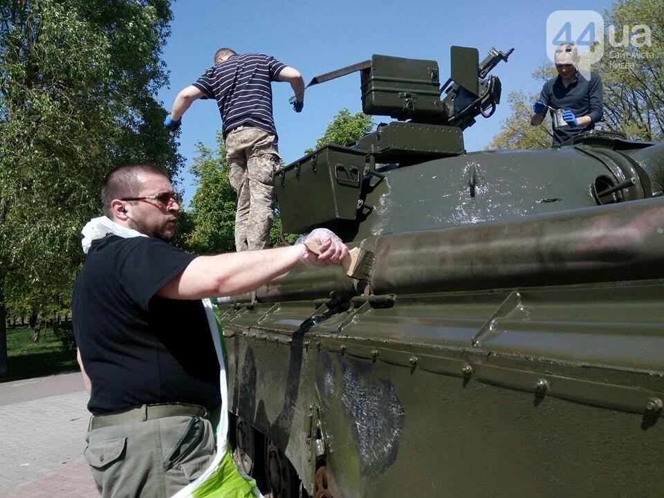 В киевском парке красят военную технику (ФОТО), фото-2