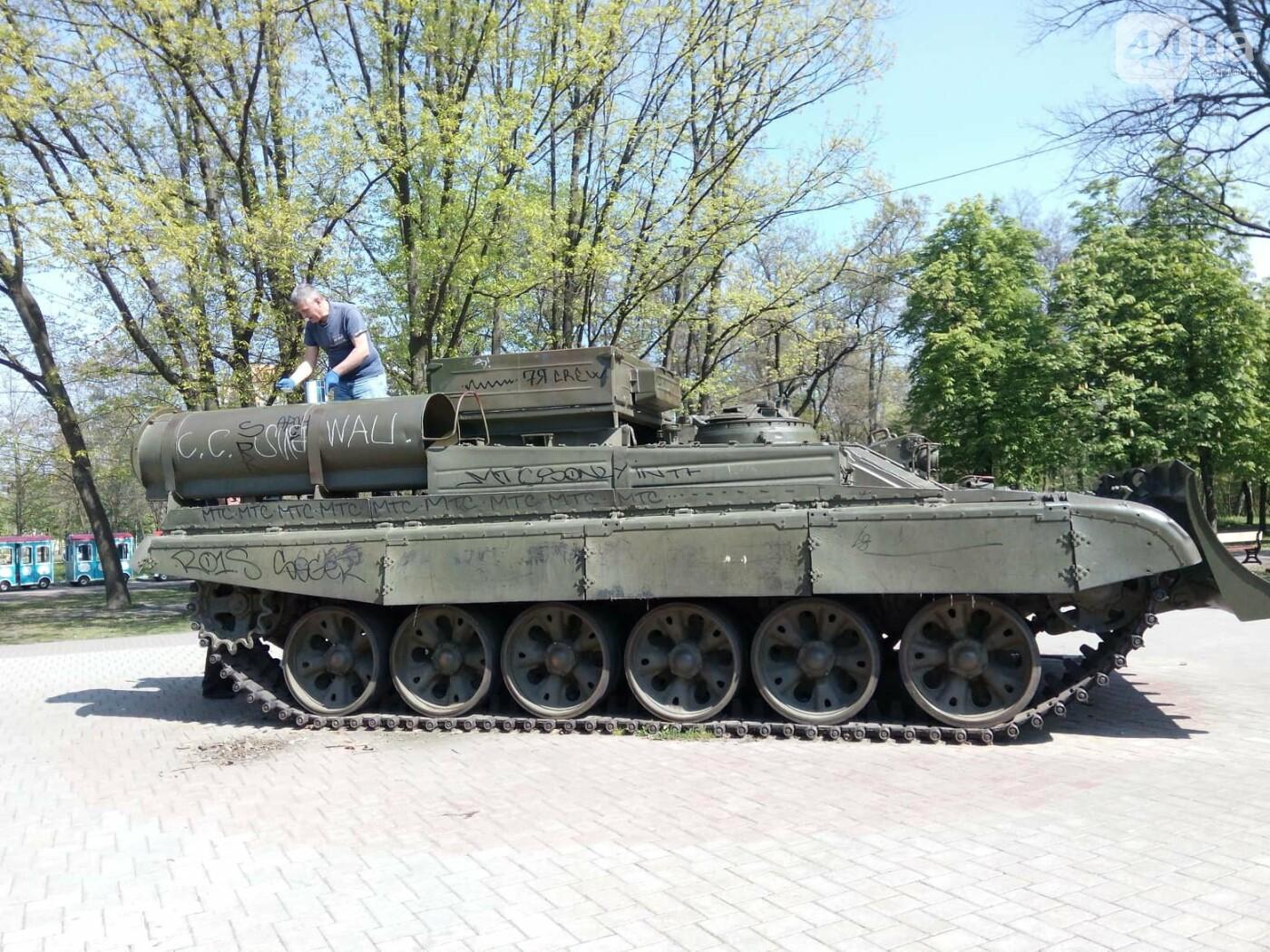 В киевском парке красят военную технику (ФОТО), фото-7