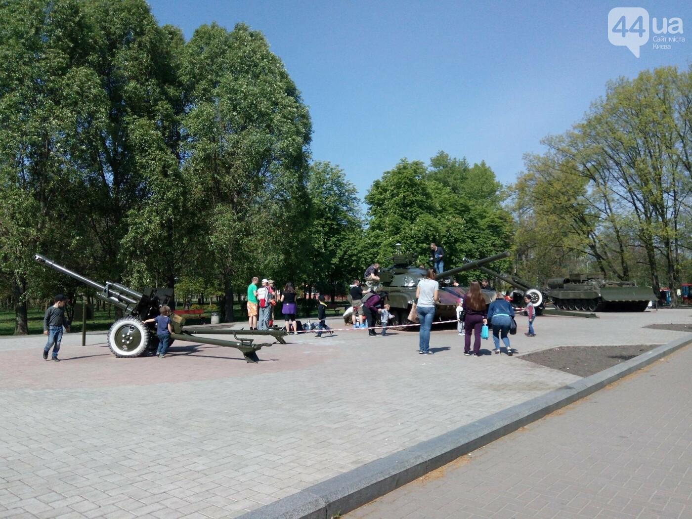 В киевском парке красят военную технику (ФОТО), фото-4