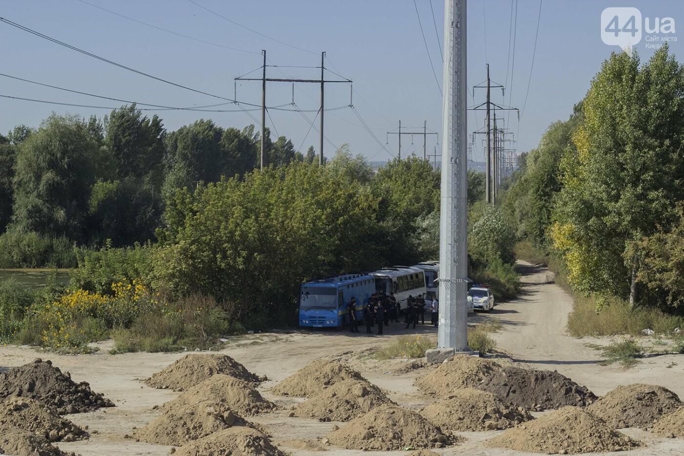 В масках и с оружием: на Осокорках снесли забор на скандальной стройке, - ФОТО, фото-2