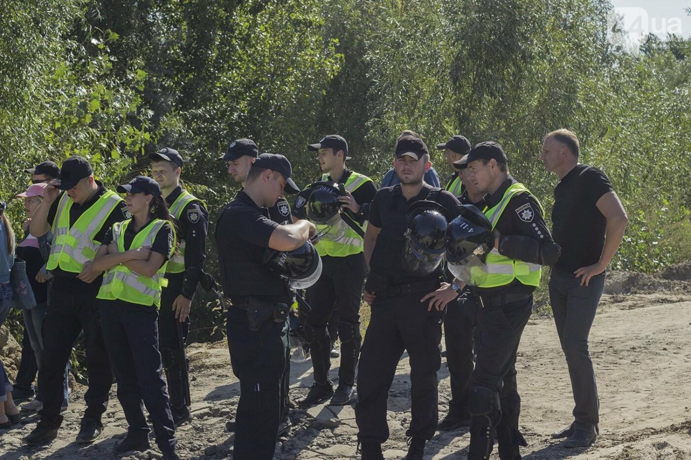 В масках и с оружием: на Осокорках снесли забор на скандальной стройке, - ФОТО, фото-3