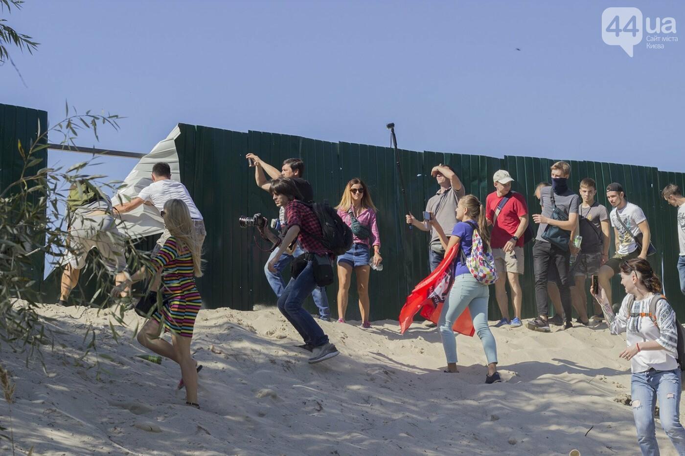 В масках и с оружием: на Осокорках снесли забор на скандальной стройке, - ФОТО, фото-9