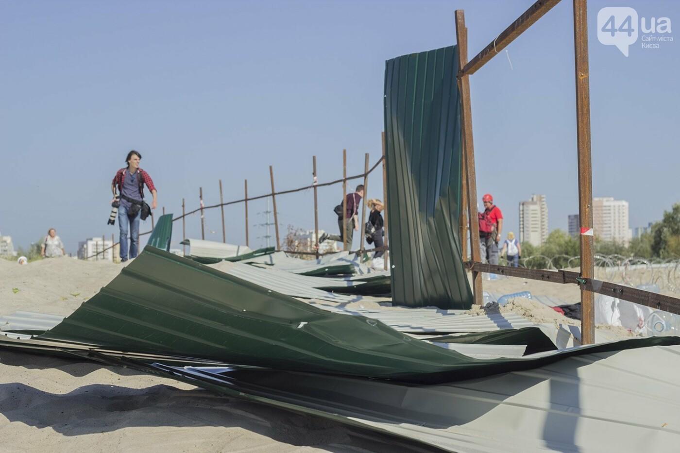 В масках и с оружием: на Осокорках снесли забор на скандальной стройке, - ФОТО, фото-8