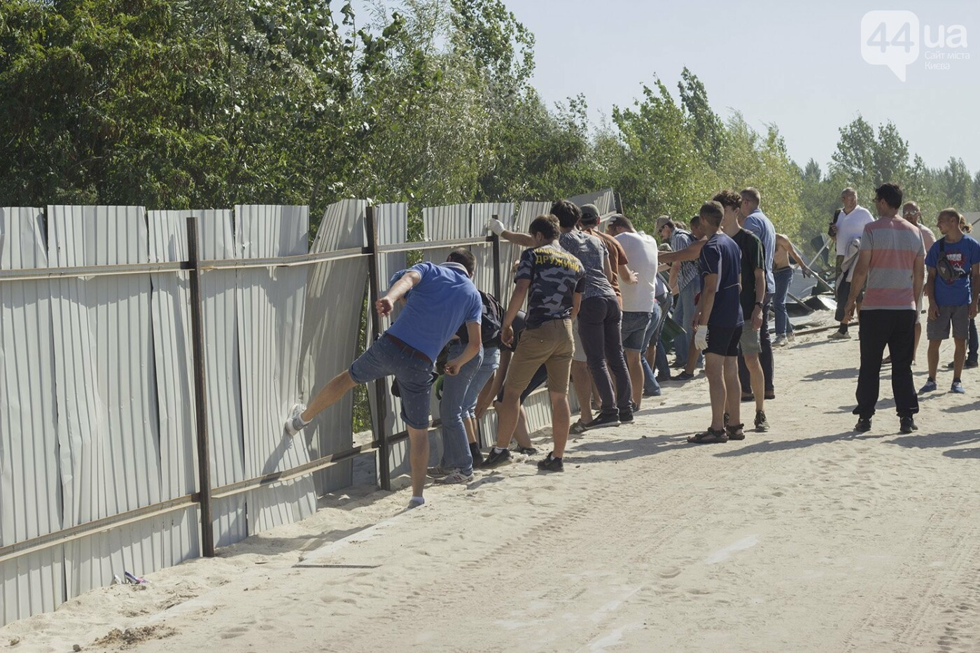 В масках и с оружием: на Осокорках снесли забор на скандальной стройке, - ФОТО, фото-12