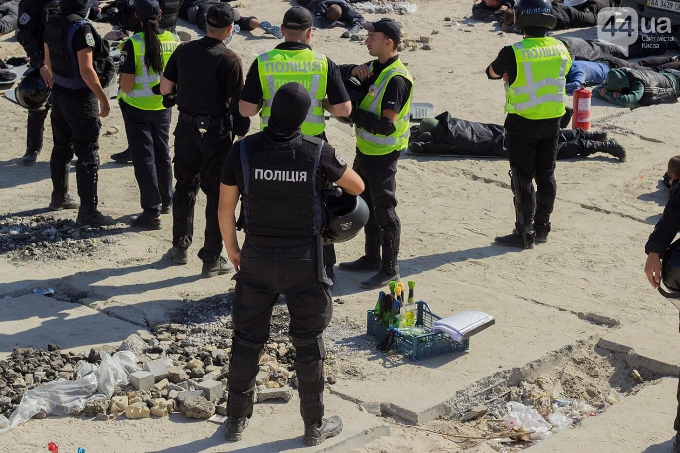 В масках и с оружием: на Осокорках снесли забор на скандальной стройке, - ФОТО, фото-18