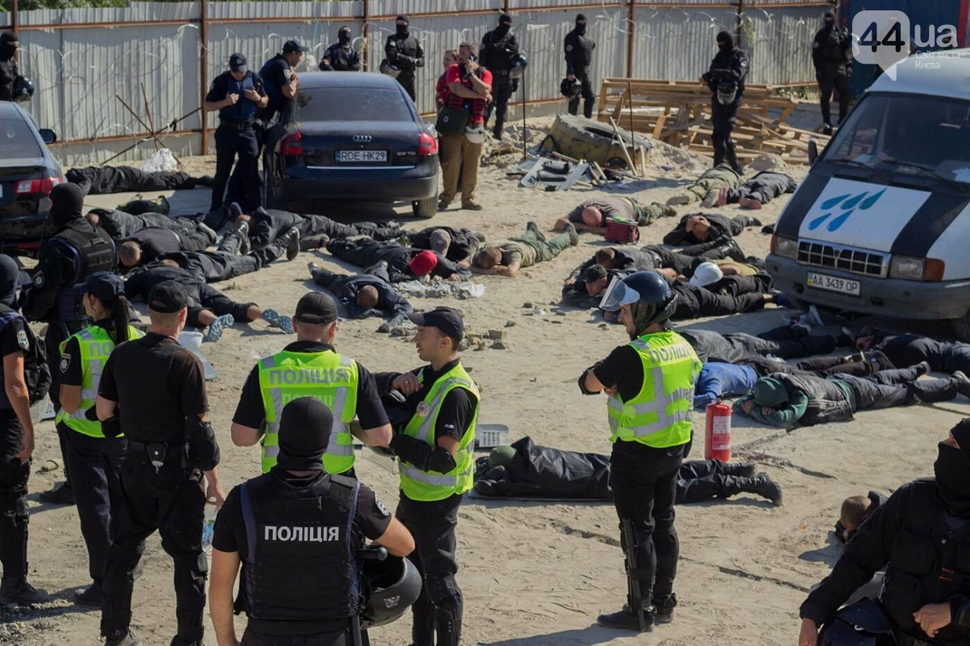 В масках и с оружием: на Осокорках снесли забор на скандальной стройке, - ФОТО, фото-14