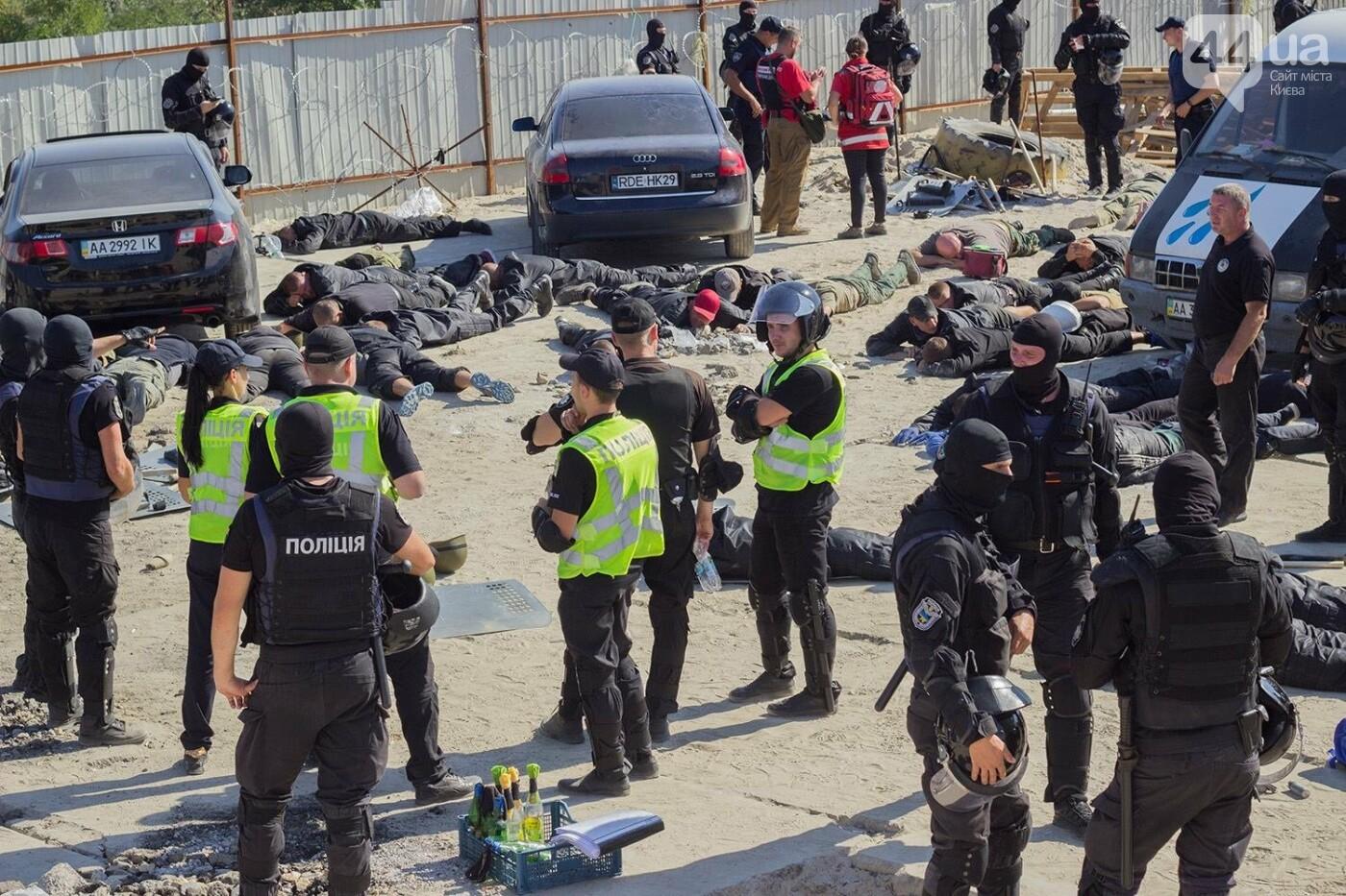В масках и с оружием: на Осокорках снесли забор на скандальной стройке, - ФОТО, фото-19