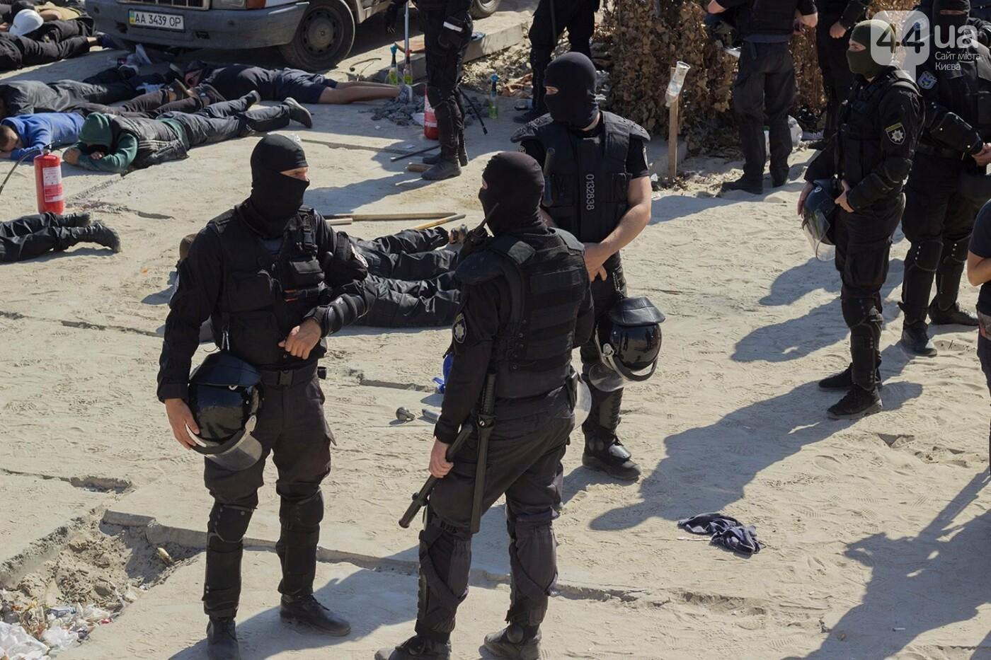В масках и с оружием: на Осокорках снесли забор на скандальной стройке, - ФОТО, фото-20