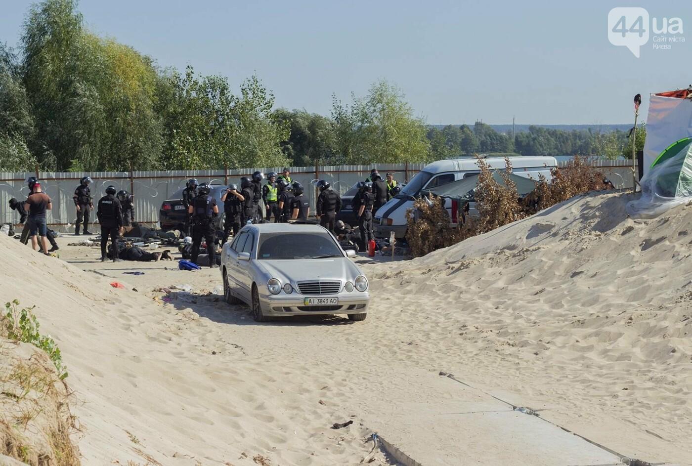 В масках и с оружием: на Осокорках снесли забор на скандальной стройке, - ФОТО, фото-16