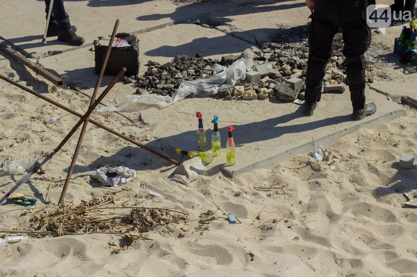 В масках и с оружием: на Осокорках снесли забор на скандальной стройке, - ФОТО, фото-17