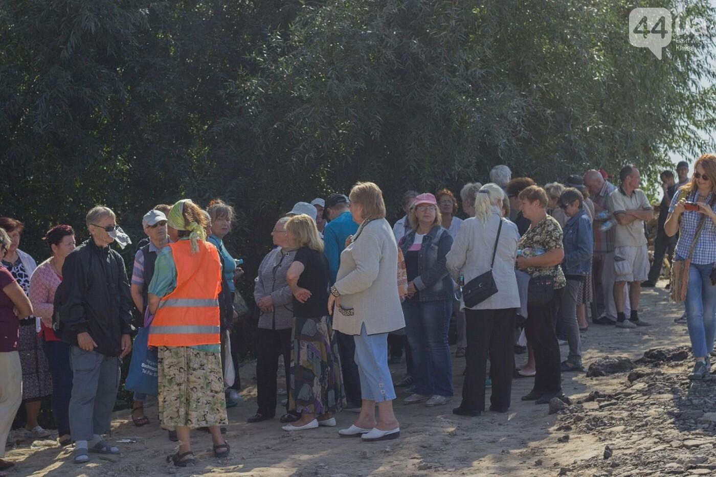 В масках и с оружием: на Осокорках снесли забор на скандальной стройке, - ФОТО, фото-29
