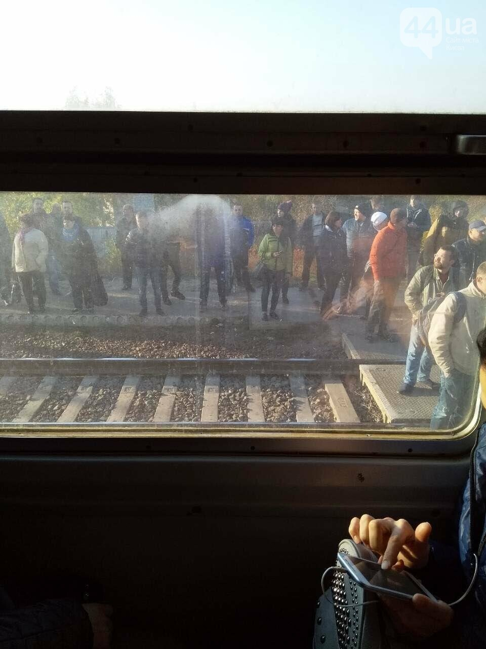 В Киеве неизвестные заблокировали городскую электричку, - ФОТО, фото-2