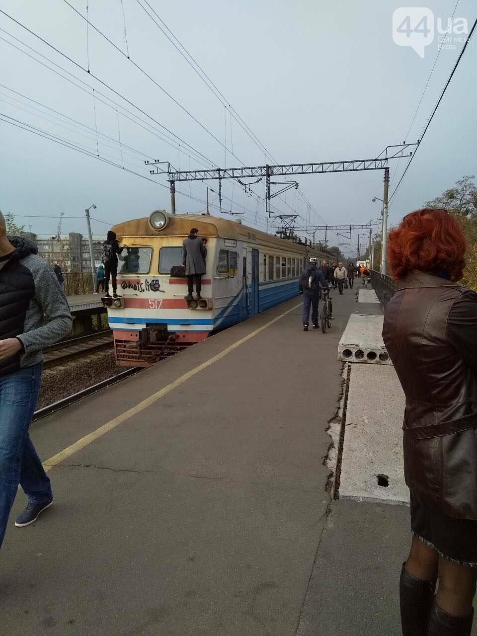 В Киеве неизвестные заблокировали городскую электричку, - ФОТО, фото-4