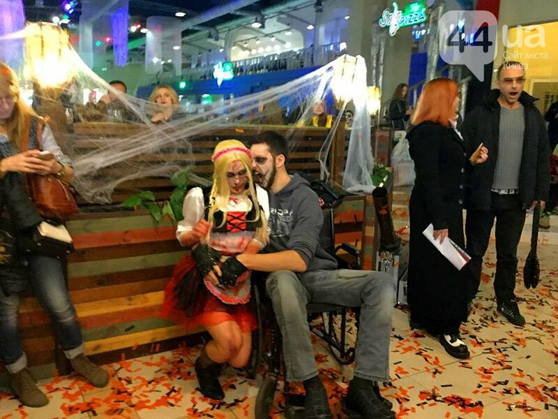 Хеллоуин в столичном ТРЦ: киевляне выстроились в очередь за метлами и шляпами, - ФОТО, ВИДЕО, фото-2