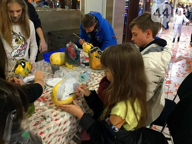 Хеллоуин в столичном ТРЦ: киевляне выстроились в очередь за метлами и шляпами, - ФОТО, ВИДЕО, фото-5
