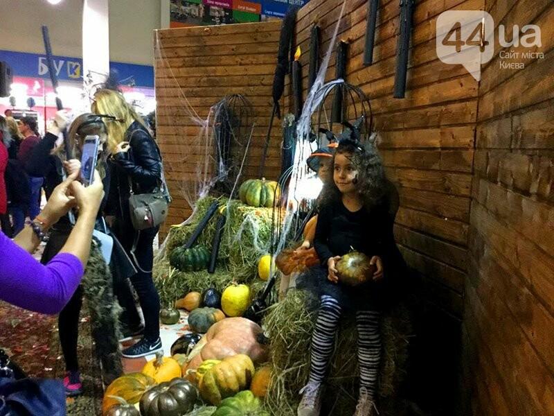 Хеллоуин в столичном ТРЦ: киевляне выстроились в очередь за метлами и шляпами, - ФОТО, ВИДЕО, фото-6