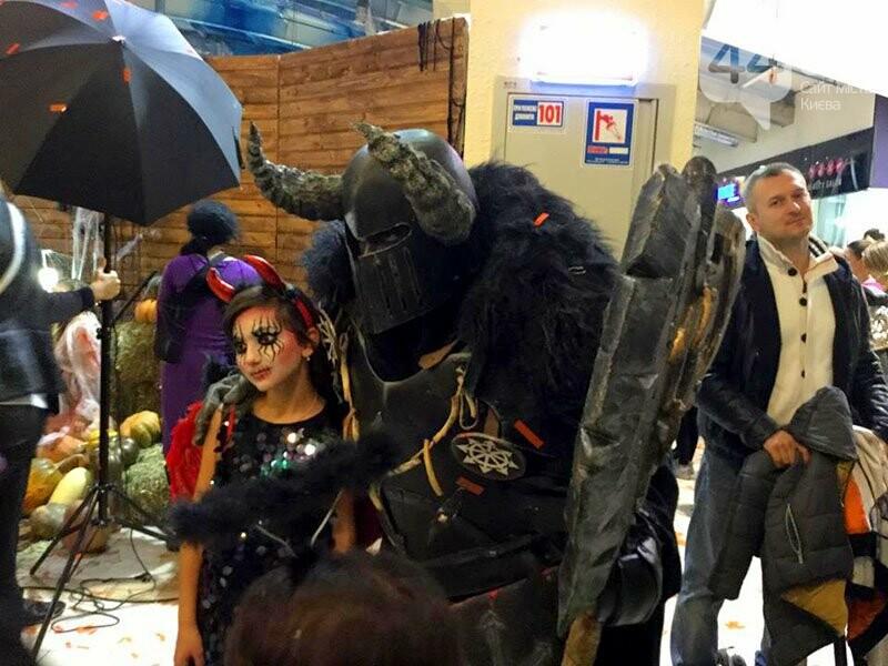 Хеллоуин в столичном ТРЦ: киевляне выстроились в очередь за метлами и шляпами, - ФОТО, ВИДЕО, фото-7